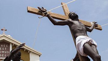 Христиане Южного Судана изображают сцену возведения Иисуса Христа на крест в Джубе