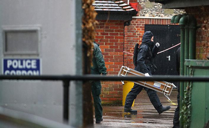 Полицейские в защитных костюмах работают на месте отравления Сергея Скрипаля в Солсбери
