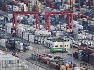 Морские контейнеры в порту Яншань в Шанхае
