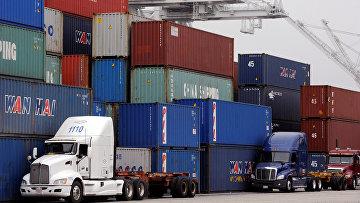 Морские контейнеры из Китая в порту Лонг-Бич, Калифорния