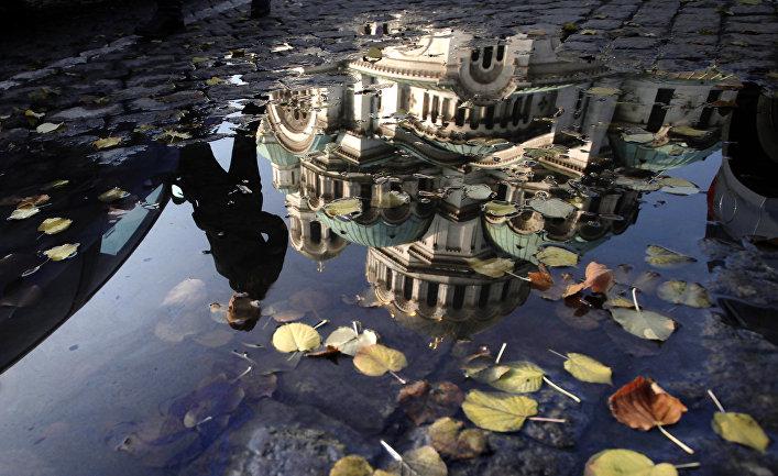 Кафедральный собор Александр Невский в отражени лужы в Софии