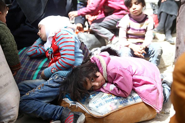 Дети во время эвакуации из Думы, Восточная Гута, Сирия
