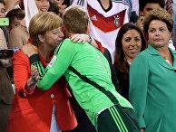 Канцлер Германии Ангела Меркель поздравляет с победой сборной вратаря Мануэля Нойера