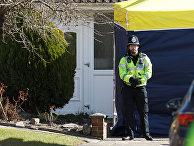 Офицер британской полиции у дома бывшего двойного агента Сергея Скрипаля в Солсбери, Великобритания
