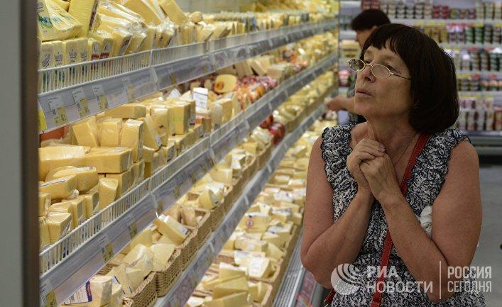 """Женщина у прилавка с сырами в гипермаркете """"Лента"""" в Новосибирске"""