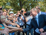 Президент России Владимир Путин общается с отдыхающими и местными жителями во время посещения мемориального комплекса Малахов курган в Севастополе