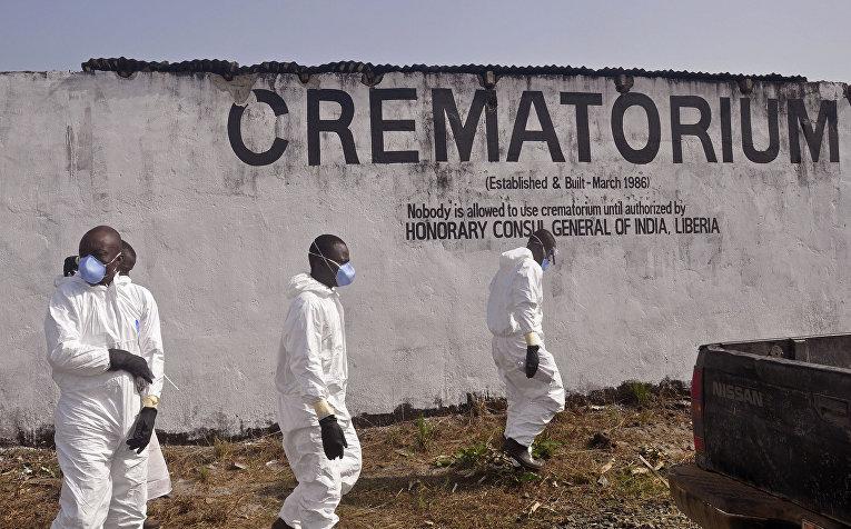 Медицинские работники в крематории на окраине Монровии, Либерия