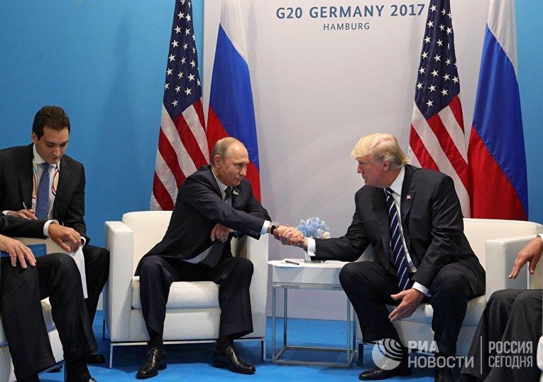 Владимир Путин и Дональд Трамп во время встречи
