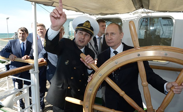 """Президент РФ Владимир Путин на борту парусного судна """"Надежда"""" в Сочи"""