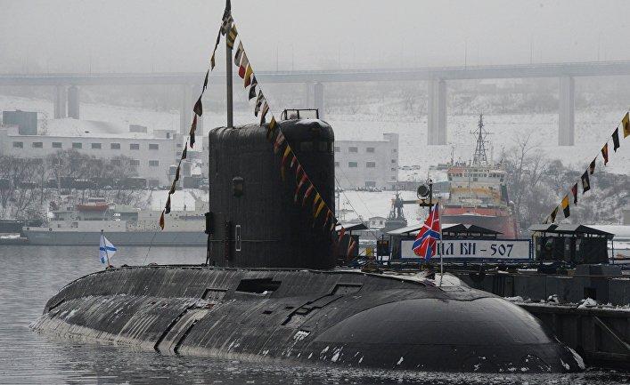 """Дизельная подводная лодка класса """"Варшавянка"""" возле пирса"""