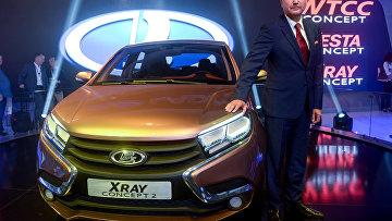Бу Андерссон у автомобиля Lada X-ray concept на Московском международном автомобильном салоне 2014