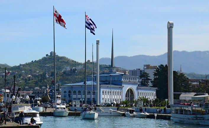 Государственный флаг Грузии и флаг Аджарии в морском порту Батуми