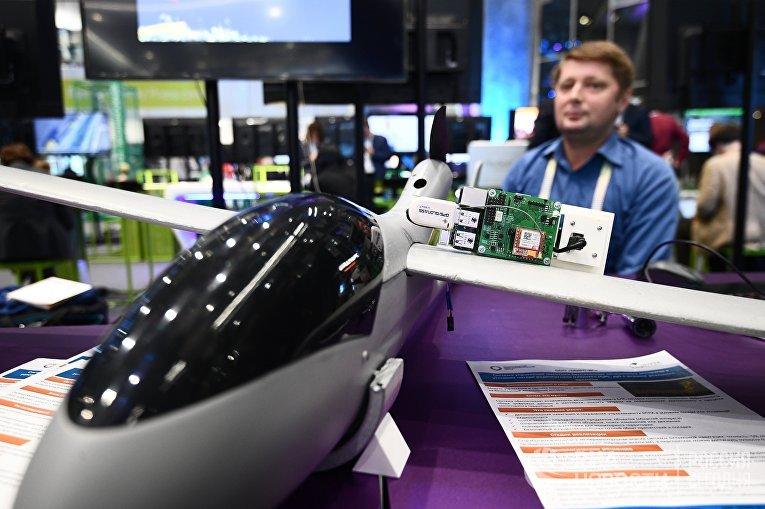 """Беспилотник, демонстрируемый на выставке в рамках международного форума """"Открытые инновации - 2017 """" в Москве."""