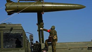 """Загрузка ракеты на самоходную пусковую установку ракетного комплекса """"Искандер-М"""""""