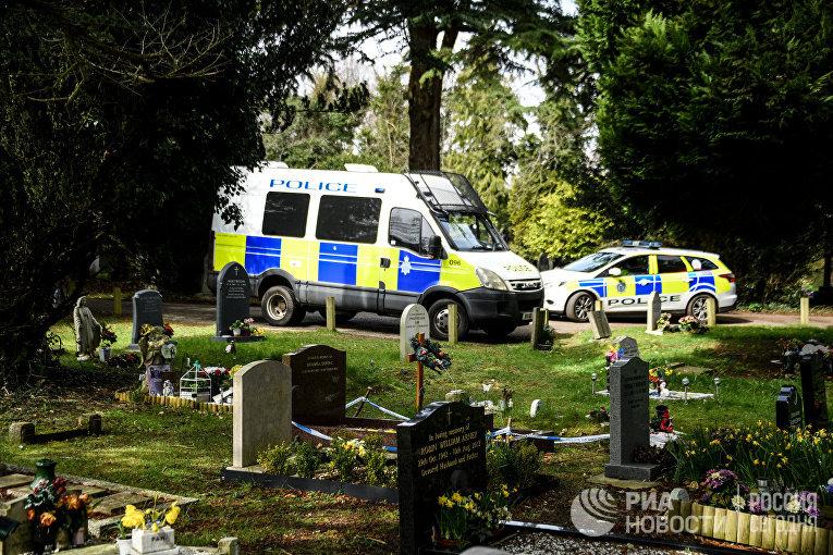 Полицейские машины на кладбище Солсбери, где похоронены жена бывшего полковника ГРУ Сергея Скрипаля Людмила и сын Александр