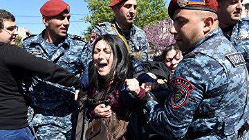 Полиция задерживает участников акции протеста против бывшего президента Сержа Сарксяна в Ереване