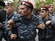 Сотрудники правоохранительных органов на улице Еревана