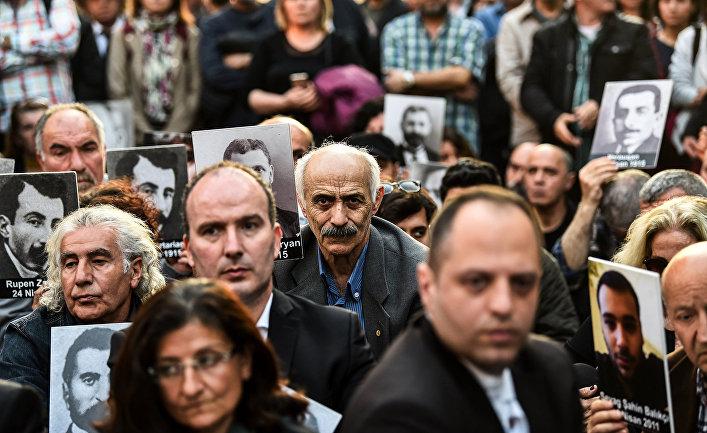 Участники митинга на проспекте Истикляль в Стамбуле посвященного 103-й годовщине массового убийства армян в Османской империи