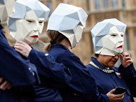Участники акции протеста в Лондоне в масках, изображающих Терезу Мэй