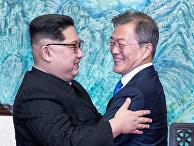 Лидер Северной Кореи Ким Чен Ын и президент Южной Кореи Мун Чжэ Ин во время встречи. 27 апреля 2018