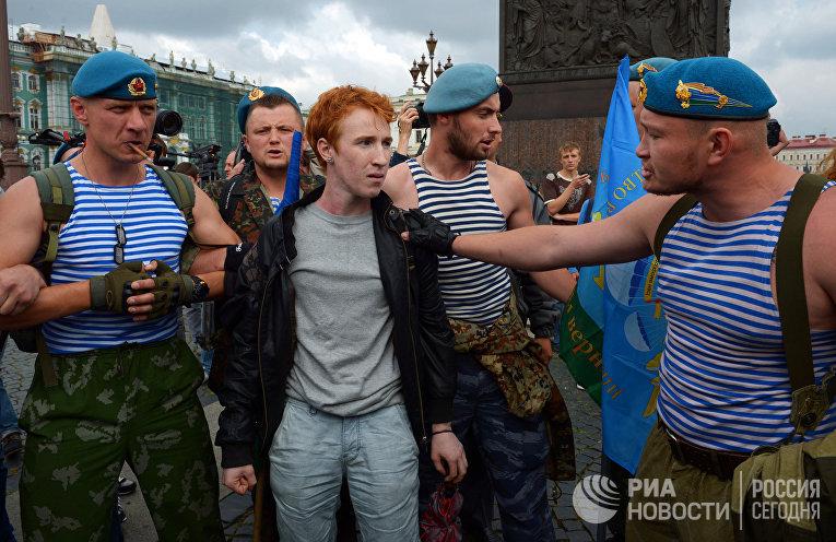Пикет активиста движения ЛГБТ в день ВДВ