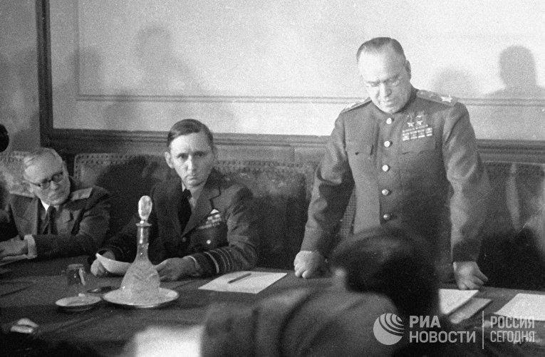 Маршал Советского Союза Георгий Константинович Жуков зачитывает акт о безоговорочной капитуляции Германских вооруженный сил