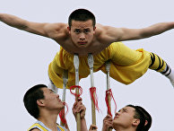 Учищиеся школы куньфу во время показательных выступлений в храме Шаолинь
