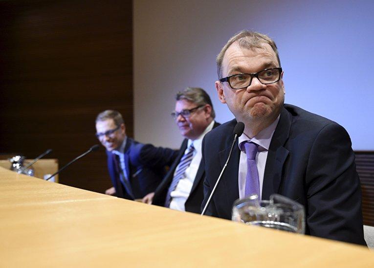 Премьер-министр Юха Сипиля и члены парламента Финляндии