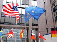Флаги ЕС и США на здании Европейского парламента в Брюсселе