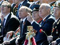 Президент России Владимир Путин, президент Сербии Александр Вучич и премьер-министр Израиля Биньямин Нетаньяху наблюдают за парадом Победы в Москве
