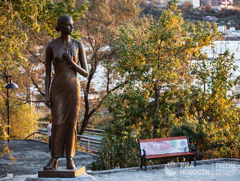 """Памятник героине песни """"Катюша"""" в сквере Моргородка во Владивостоке."""
