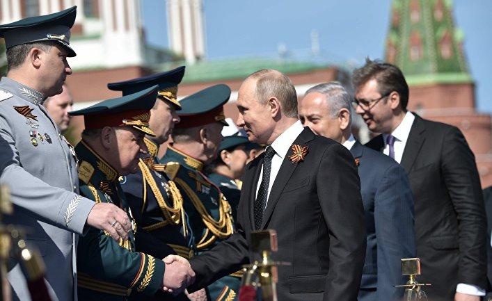 Владимир Путин и Биньямин Нетаньяху во время военного парада в ознаменование 73-й годовщины Победы в Великой Отечественной войне 1941–1945 годов на Красной площади в Москве. 9 мая 2018