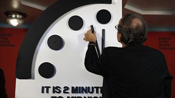 25 января 2018. Роберт Рознер, председатель Бюллетеня ученых-атомщиков, перемещает минутную стрелку Часов судного дня на без двух минут полночь