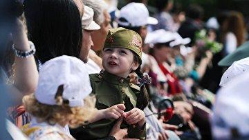 Горожане во время празднование Дня Победы в Ростове-на-Дону, посвященного 73-й годовщине Победы в Великой Отечественной войне