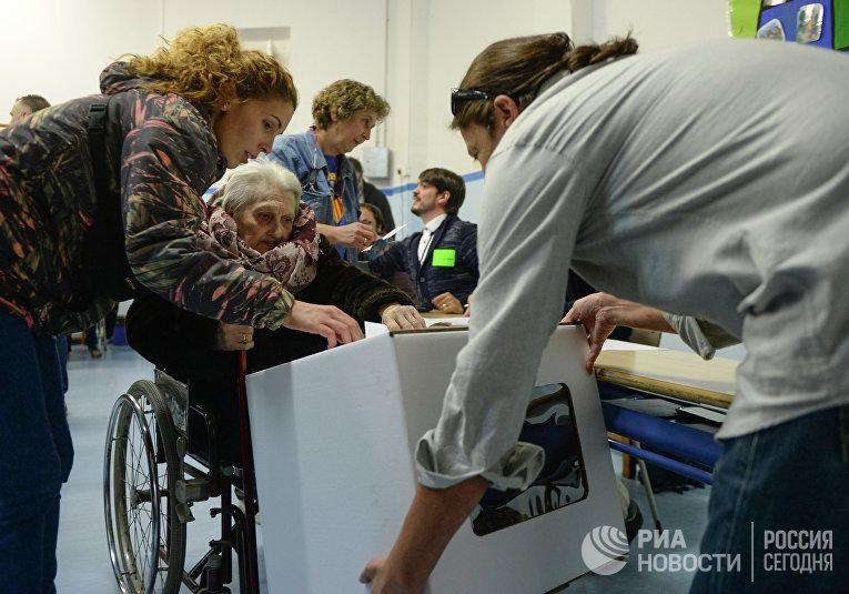Жители Барселоны принимают участие в неформальном опросе населения о статусе Каталонии