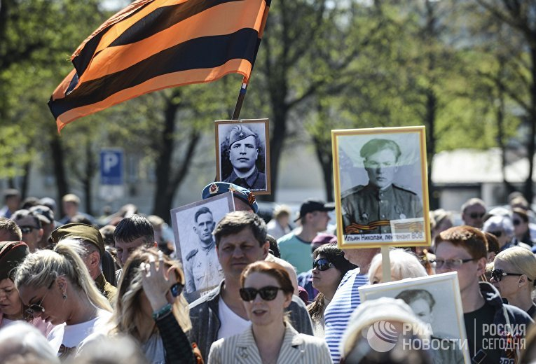 Участники шествия «Бессмертный полк» в городе Нарва в Эстонии