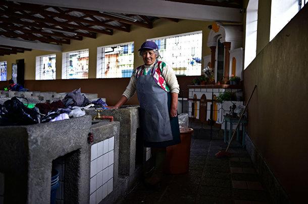 74-летняя эквадорская прачка Делия Велос