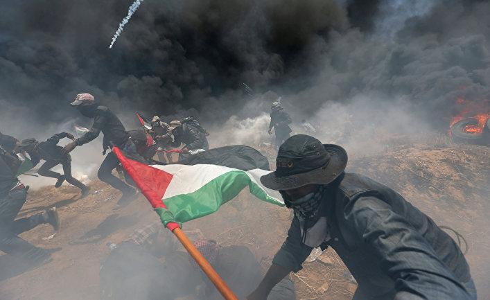 Палестинские демонстранты во время акции протеста против переноса посольства США в Иерусалим