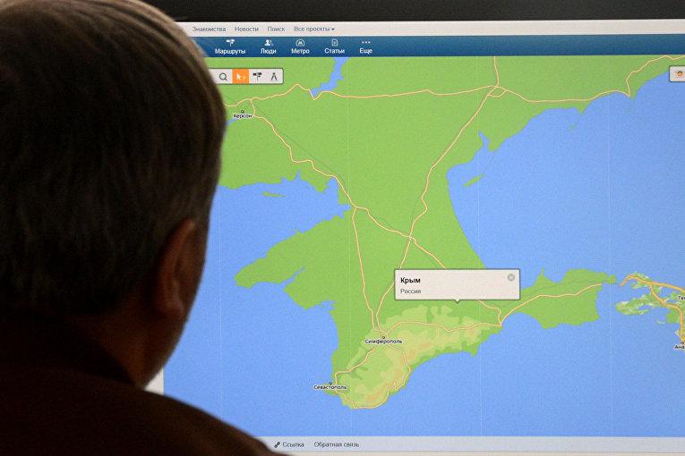кран компьютера с картой крымского полуострова и всплывающим окном в Москве