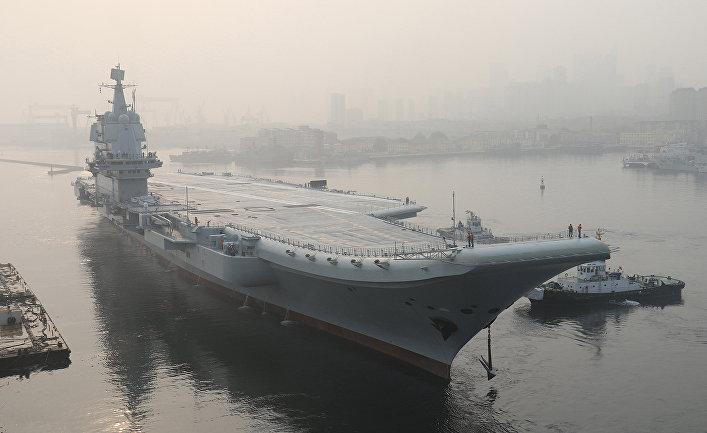Китайский авианосец покидает порт в городе Далянь для морских испытаний