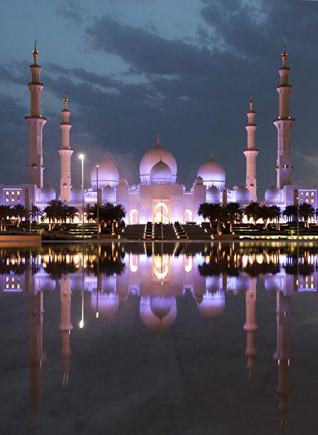 Вид на большую мечеть Шейха Зайда в Абу-Даби