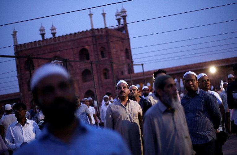 Мусульмане смотрят в небо, чтобы увидеть полумесяц