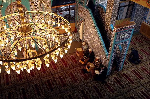 Мусульмане читают Коран в первый день священного месяца Рамадан