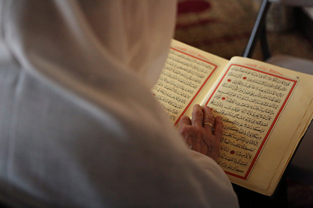 Мусульманка в культурном центре Eyup Sultan во время Рамадана