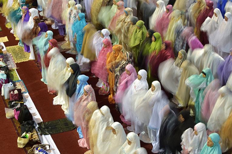 Индонезийские мусульмане молятся в первую ночь Рамадана