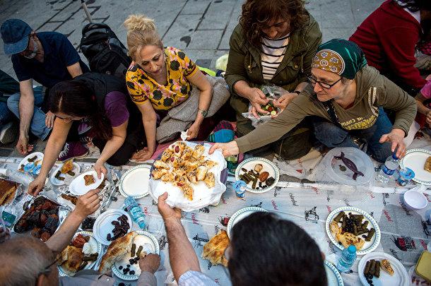 Мусульмане на площади Таксим в Стамбуле в первый день Священного месяца Рамадан