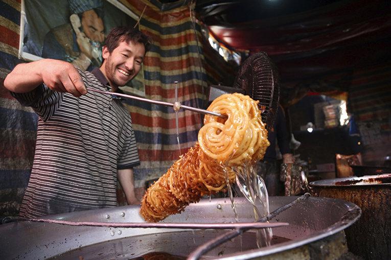 Приготовление традиционных сладостей на кануне Рамадана в Кабуле