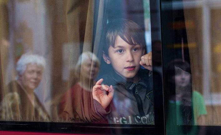 Эвакуация мирных жителей из зоны боевых действий на востоке Украины