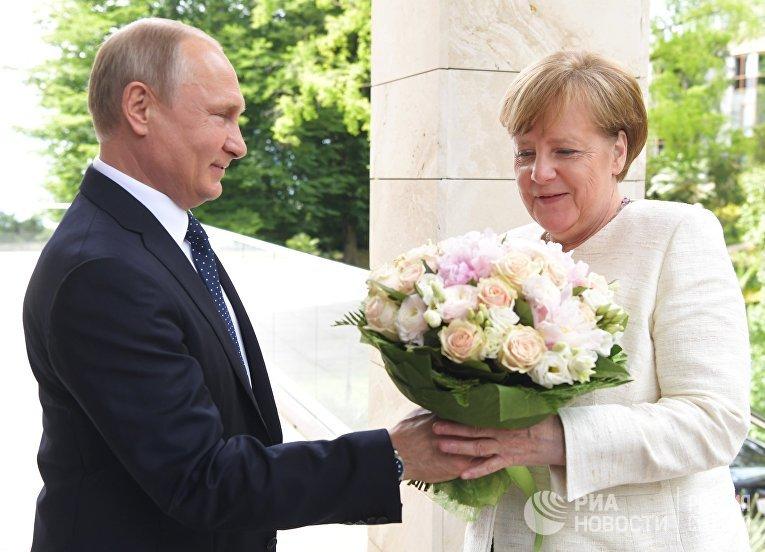 Президент РФ Владимир Путин и федеральный канцлер ФРГ Ангела Меркель во время встречи в Сочи. 18 мая 2017