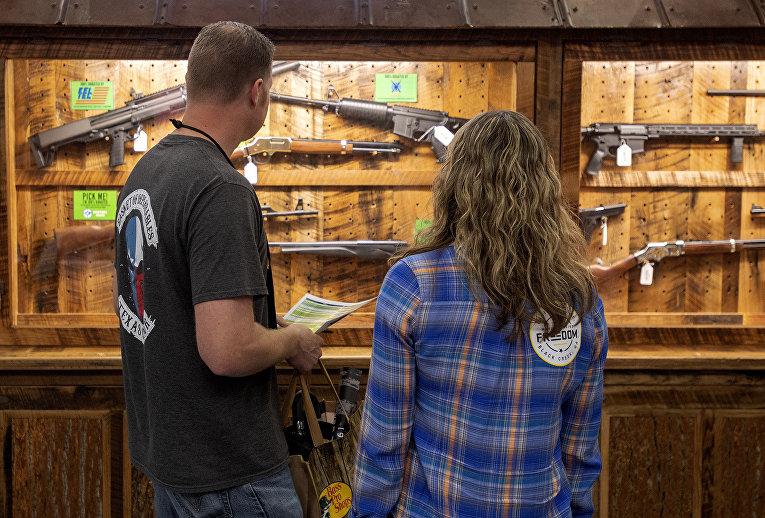 Выставка оружия на ежегодном собрании Национальной Стрелковой ассоциации в Далласе